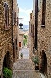 Medieval stepped street in the Italian hill town of Assisi  Uliczki Fototapeta