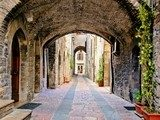 Arched medieval street in the town of Assisi, Italy  Uliczki Fototapeta