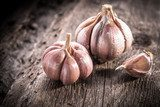 garlic bulb on rustic wooden background  Plakaty do kuchni Plakat