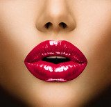 Sexy Lips. Beautiful Make-up Closeup. Kiss  Ludzie Obraz