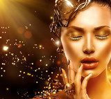 Model girl face with gold skin, nails, make-up and accessories  Ludzie Obraz