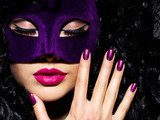 Beautiful  woman with  violet theatre mask on face and purple na Obrazy do Salonu Kosmetycznego Obraz