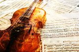 Old violin lying on the sheet of music  Muzyka Obraz