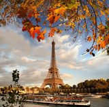 Eiffel Tower with autumn leaves in Paris, France  Wieża Eiffla Fototapeta