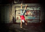 Young man dancing on grunge graffiti wall Plakaty dla Nastolatka Plakat