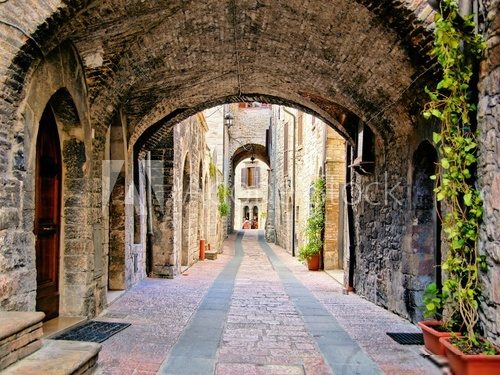 Arched medieval street in the town of Assisi, Italy  Fototapety Uliczki Fototapeta