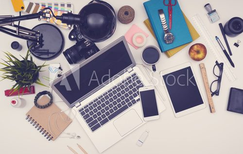 Top view messy desk Biuro Plakat